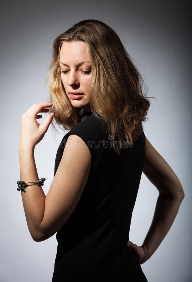 Härlig stående av en drömlik ung kvinna royaltyfri fotografi