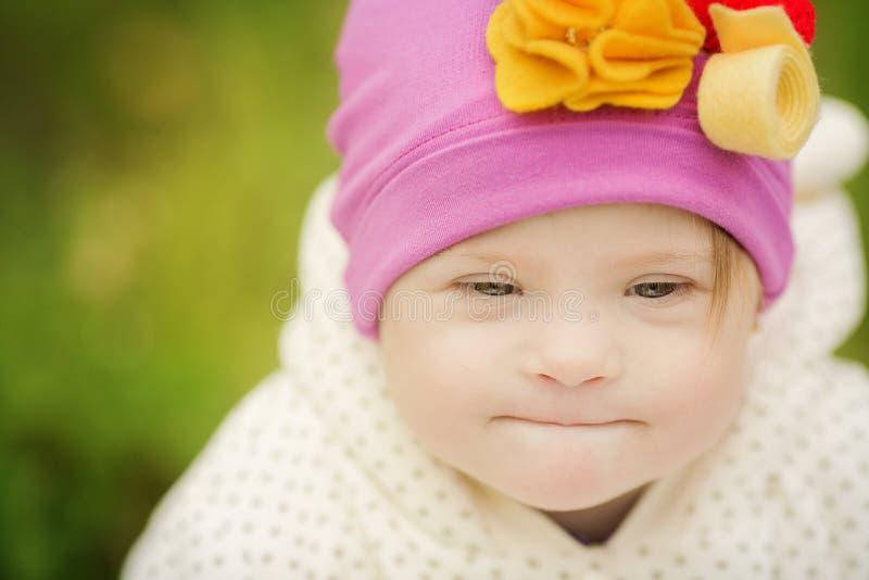 Härlig stående av en flicka med Down Syndrome arkivbilder
