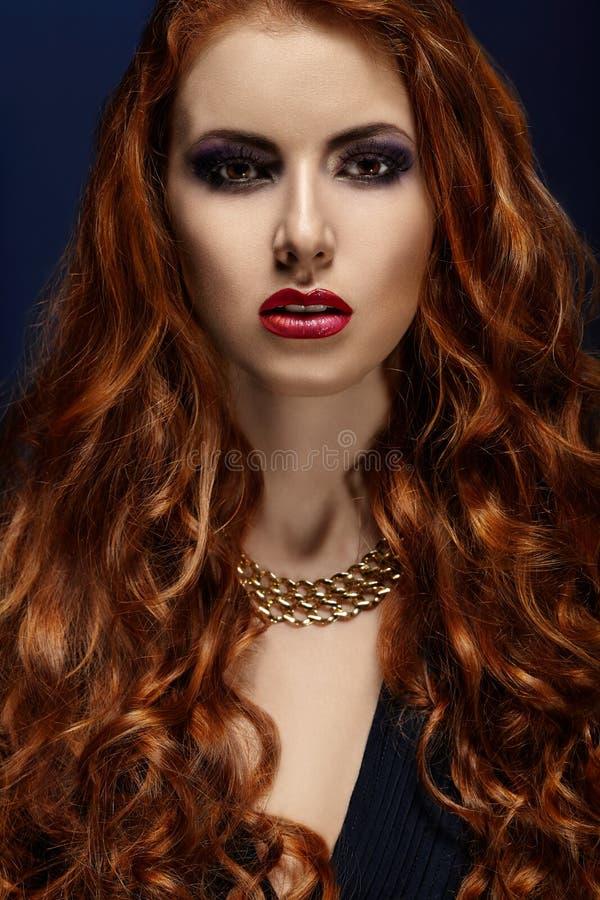 Härlig stående av en flicka med rött hår fotografering för bildbyråer