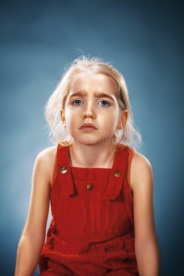 Härlig stående av en fundersam liten flicka fotografering för bildbyråer