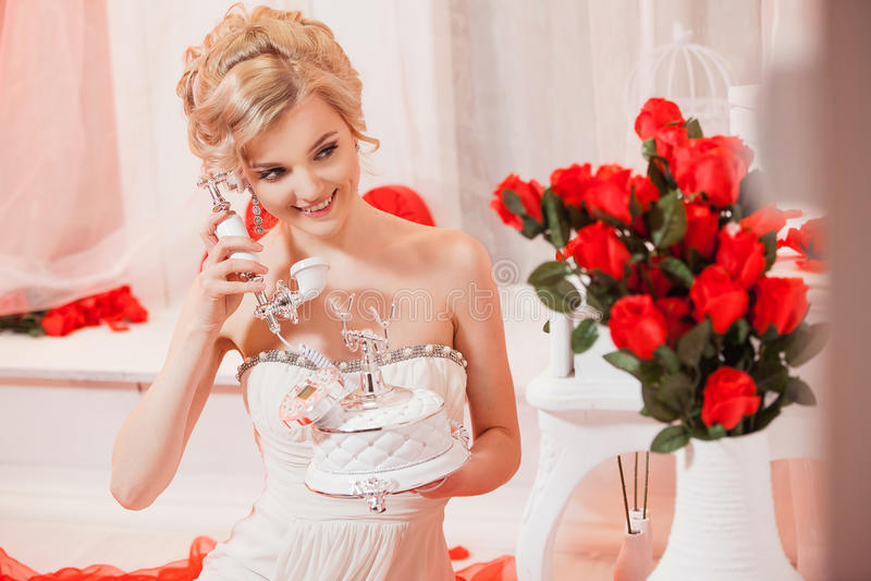 Härlig stående av en kvinna med blont hår med ett aftonsmink royaltyfria foton