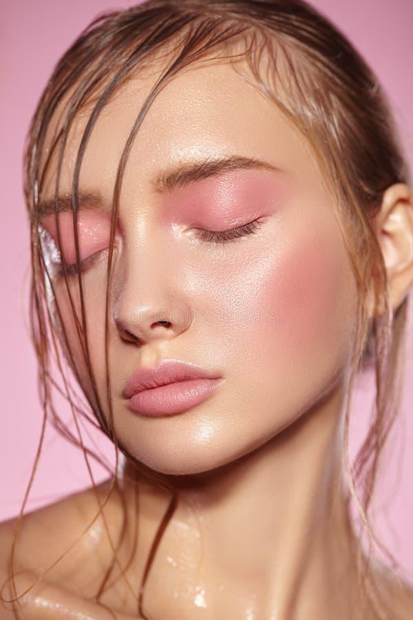 Härlig stående av flickan med rosa makeup royaltyfri fotografi