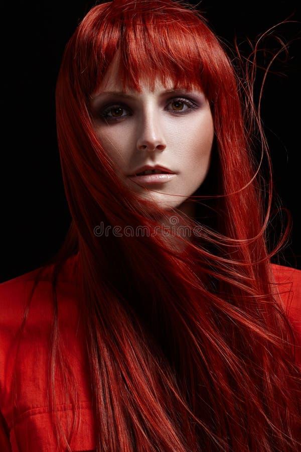 Härlig stående av kvinnan med rött hår royaltyfria foton