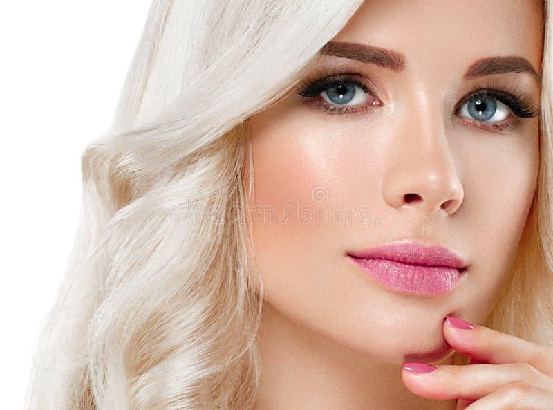 Härlig stående för blond kvinna Kosmetiskt begrepp, platina Blon arkivbild