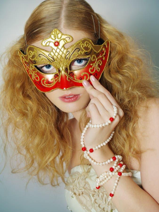 härlig stående för karnevalflickamaskering arkivbild