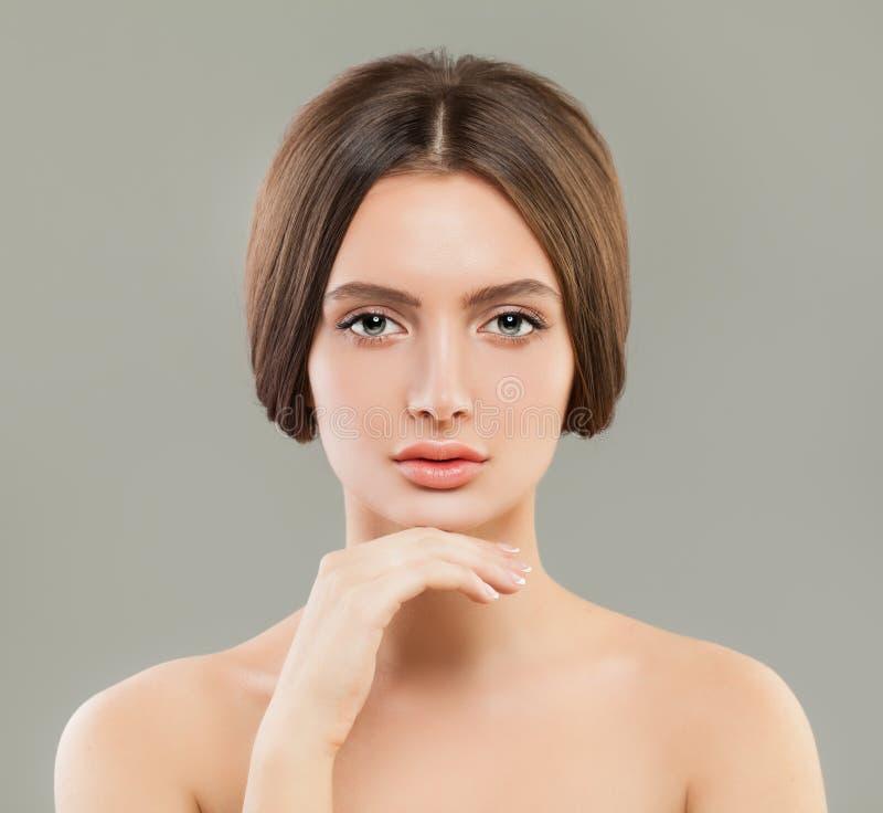 Härlig stående för ung kvinna, skincare och ansikts- behandlingbegrepp arkivbild