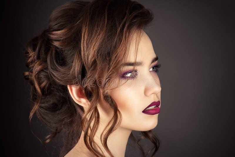 Härlig ståendeflicka med den trendiga frisyren, lockigt hår arkivfoton