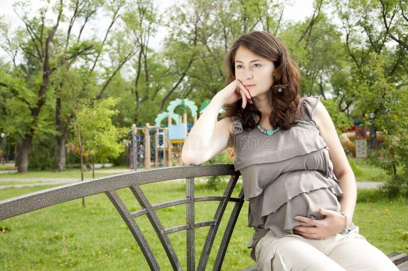härlig ståendegravid kvinna arkivfoton