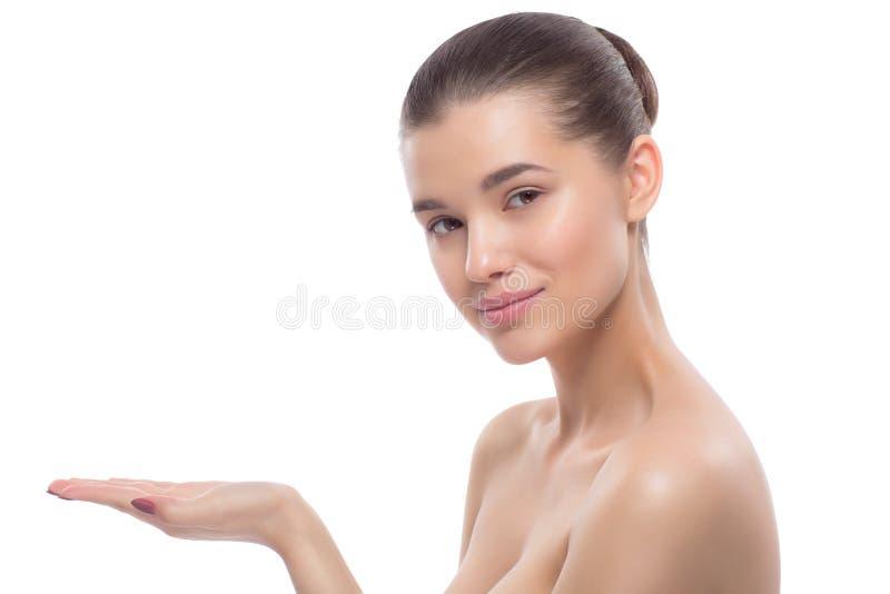 härlig ståendekvinna behandlingar för brunnsort för tät fokusbild selektiva upp royaltyfria bilder