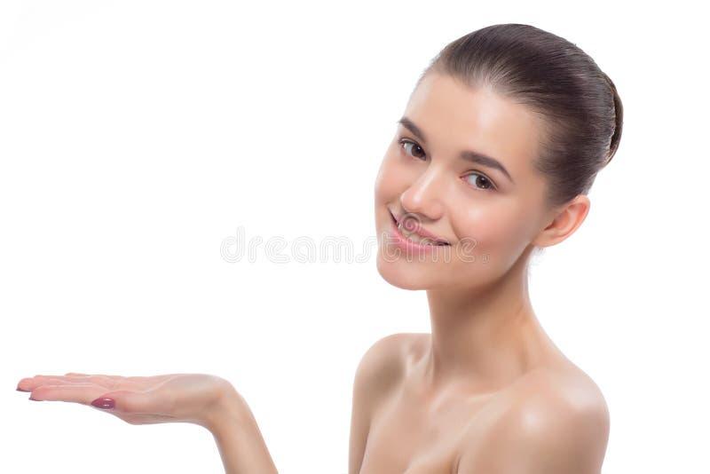 härlig ståendekvinna behandlingar för brunnsort för tät fokusbild selektiva upp arkivfoto