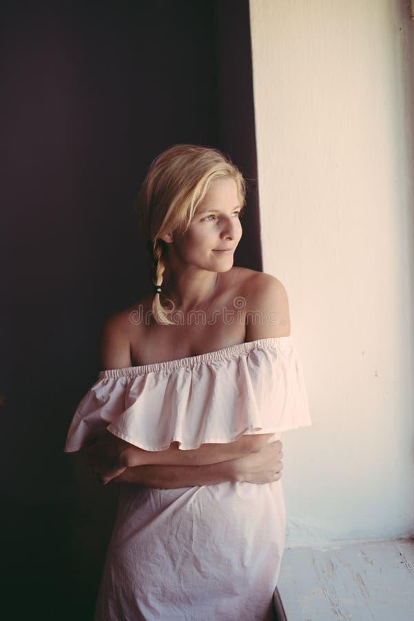 härlig ståendekvinna Lång kvinna för blont hår royaltyfria foton