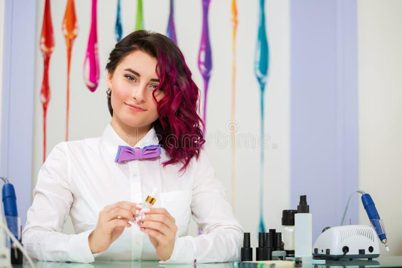 härlig ståendekvinna manicurist fotografering för bildbyråer