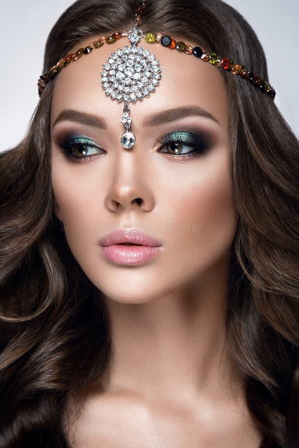 härlig ståendekvinna Skönhetmodekvinna med ursnygg makeup, tillbehör arkivfoto