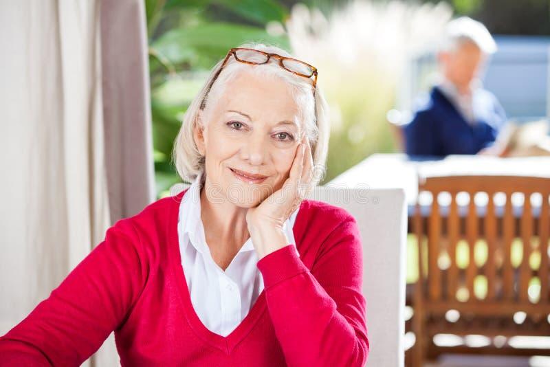 härlig ståendepensionärkvinna arkivfoto