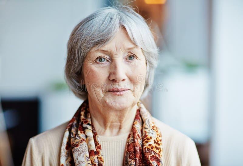 härlig ståendepensionärkvinna royaltyfria foton