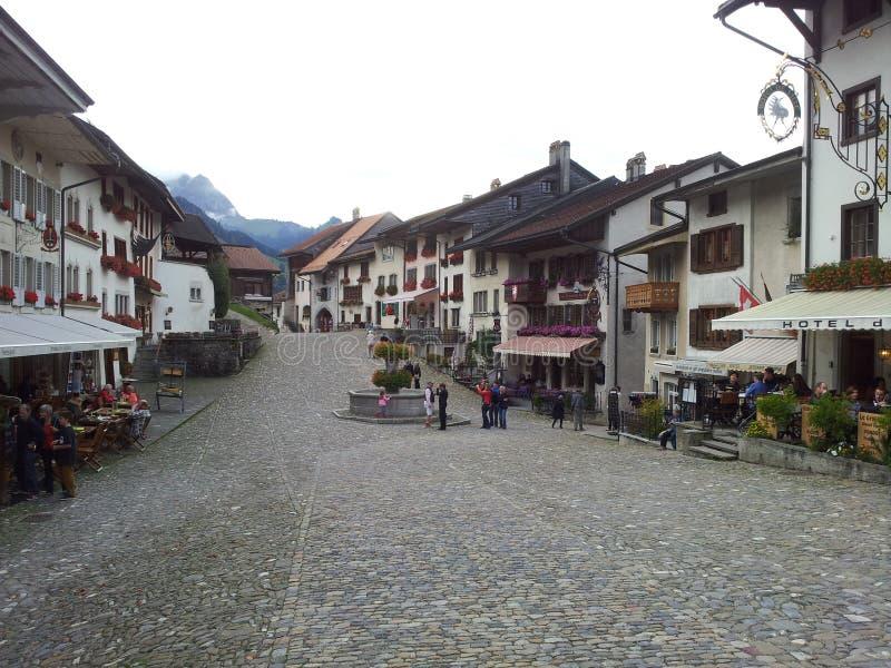 Härlig stad i bergen av Schweiz arkivfoton