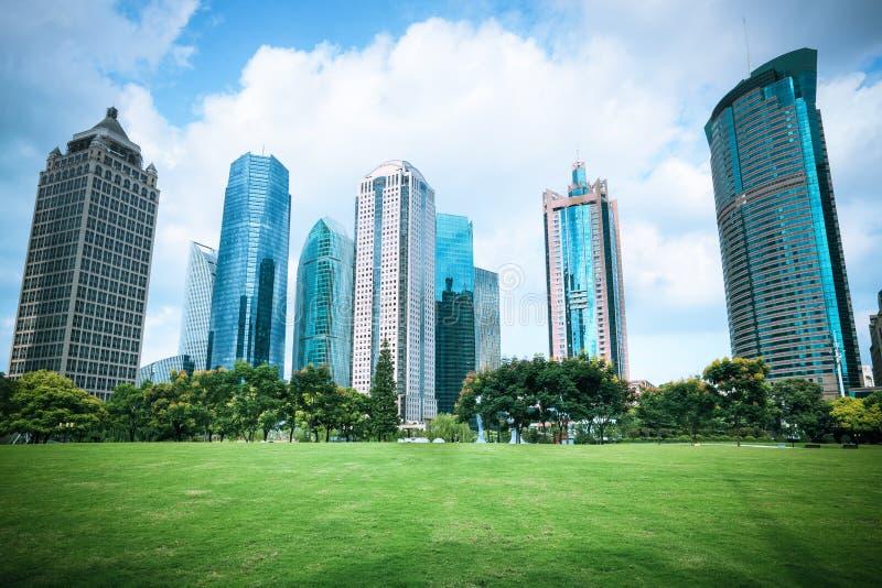 Härlig stadsgreenbelt med moderna byggnader royaltyfria bilder