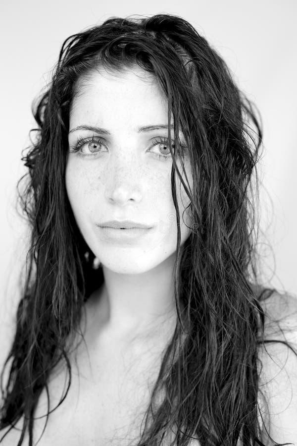 Härlig stark kvinna med vått se för hår arkivfoton