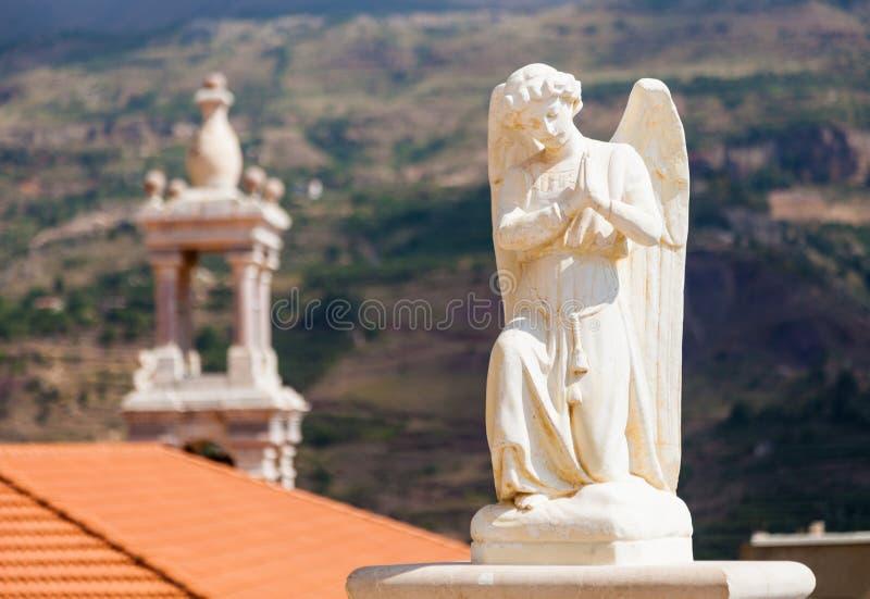 Härlig staty av ängeln i kyrka i Bsharri, Qadisha dal i Libanon arkivfoto