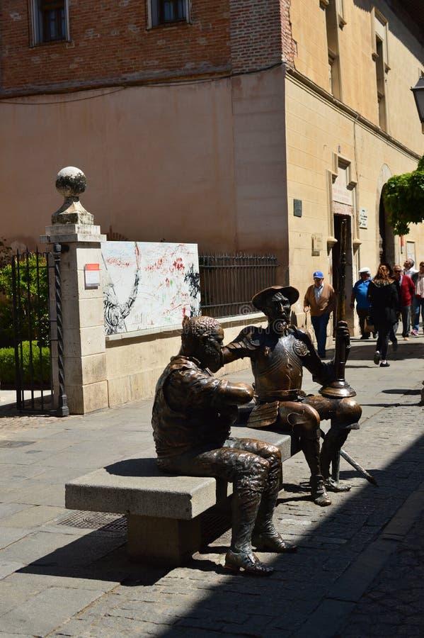 Härlig staty av Don Quixote And Sancho Panza att debattera Arkitekturlopphistoria arkivbild