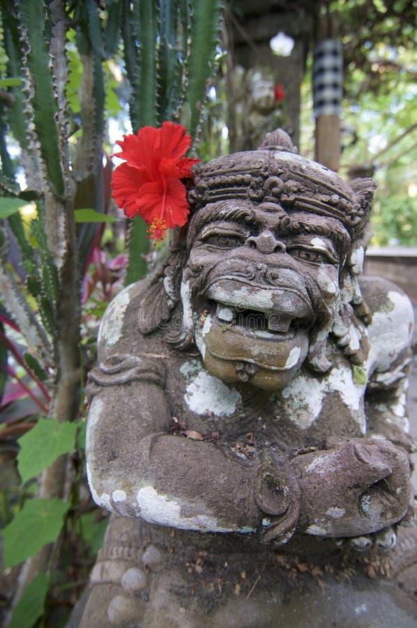Härlig staty för BalineseDvarapala sten arkivfoton