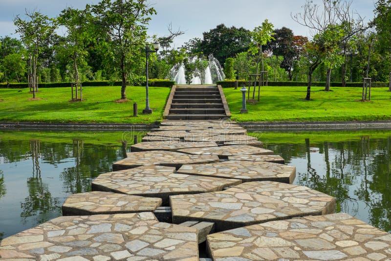 Härlig stenbro över sjön i parkera arkivbild