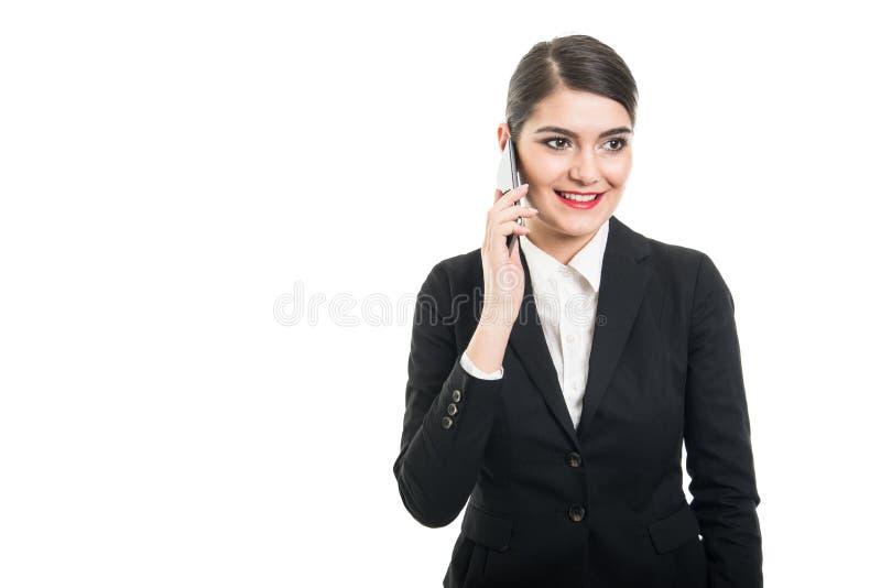 Härlig stewardess som talar på smartphonen och att le fotografering för bildbyråer