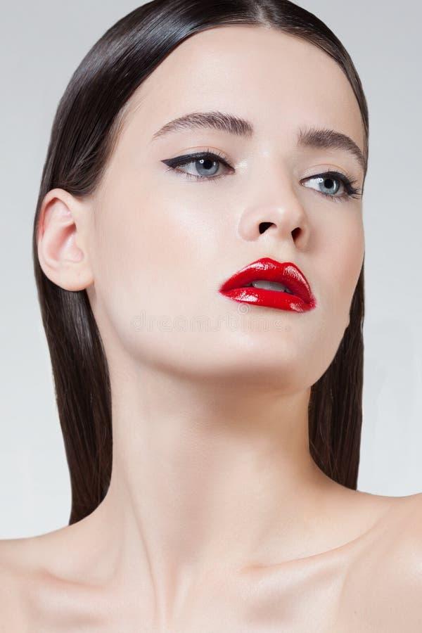 härlig stil för makeup för hår för brunettmodeflicka Härlig makeup och hår royaltyfria bilder