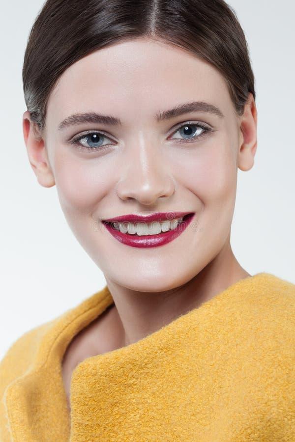 härlig stil för makeup för hår för brunettmodeflicka Härlig makeup och hår arkivbild