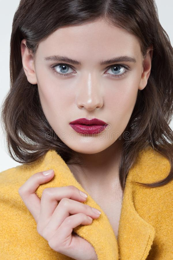 härlig stil för makeup för hår för brunettmodeflicka Härlig makeup och hår royaltyfri foto