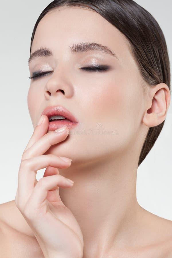 härlig stil för makeup för hår för brunettmodeflicka Härlig makeup och hår fotografering för bildbyråer