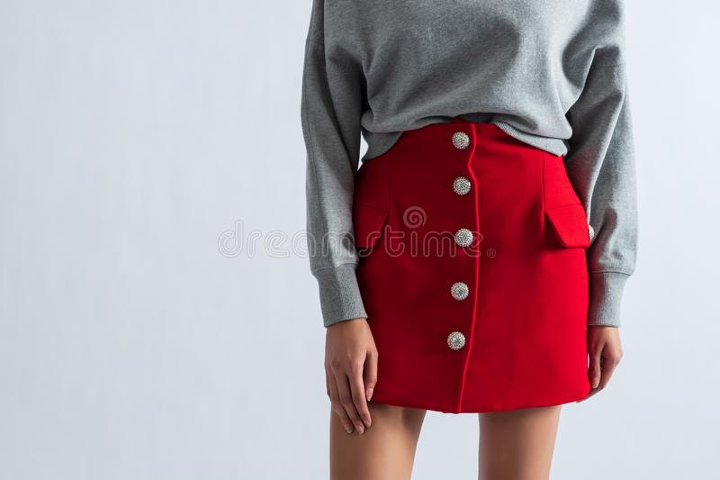 Härlig stilfull caucasian flicka i röd kjol trendig dräkt royaltyfria bilder