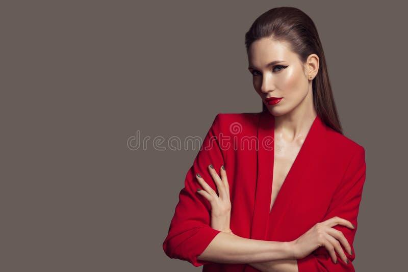 Härlig stilfull kvinna i rött omslag Mode arkivfoto