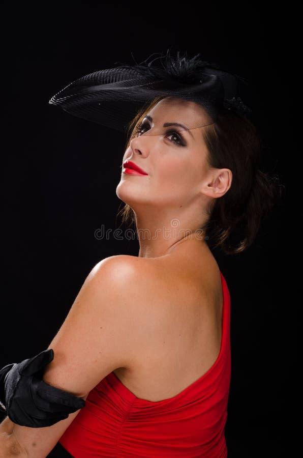 Härlig stilfull kvinna som bär en fascinator och le royaltyfri fotografi