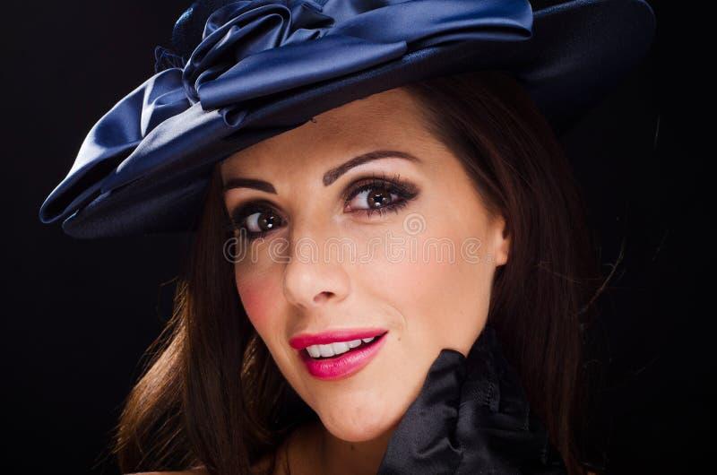 Härlig stilfull kvinna som bär en hatt och le fotografering för bildbyråer