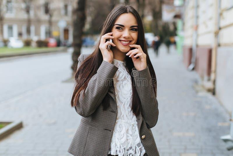 Härlig stilfull och trendig flickaappell på gatan royaltyfria foton