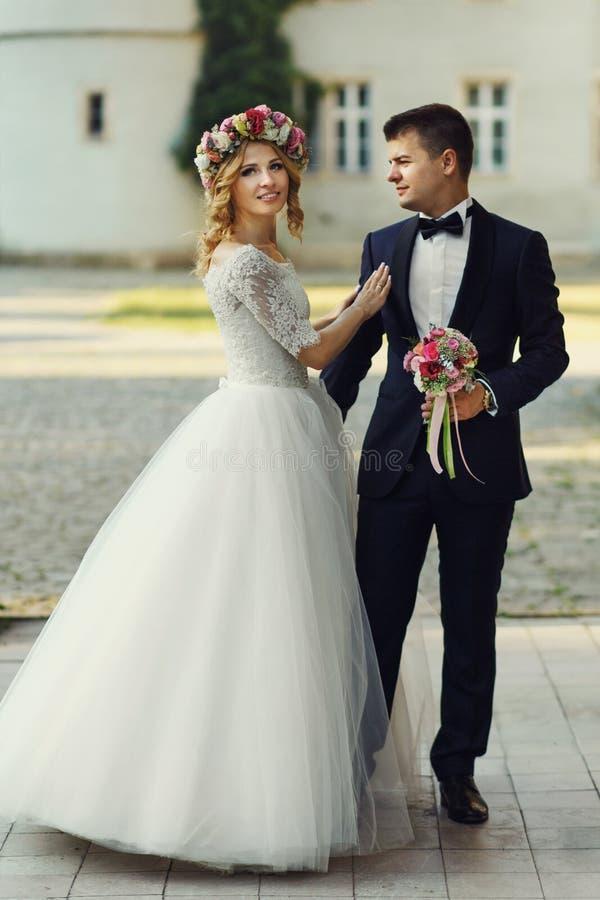 Härlig stilfull ung brud som kramar den stiliga brudgummen royaltyfri bild