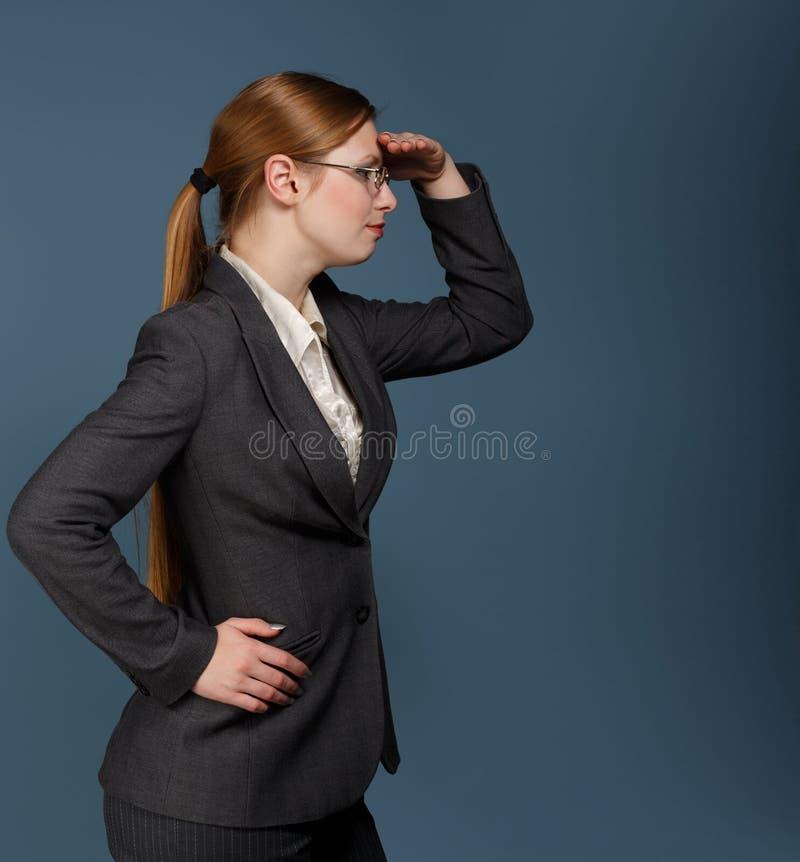 Härlig stilfull ung kvinna med långt blont hår i en ponytai royaltyfria foton