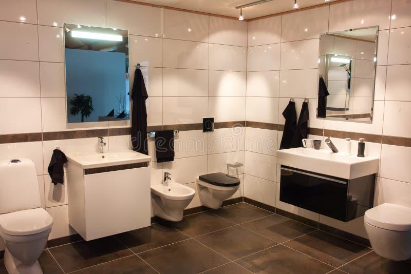 Härlig stor badrum i lyxigt nytt hem royaltyfri foto