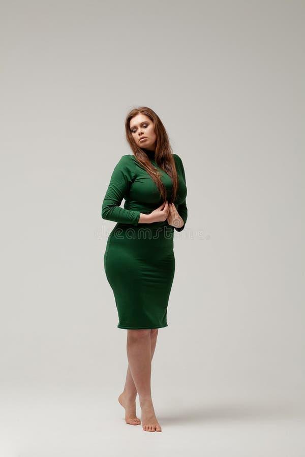 Härlig stor flicka i grön klänning arkivfoton