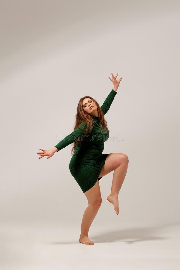 Härlig stor flicka i grön klänning fotografering för bildbyråer