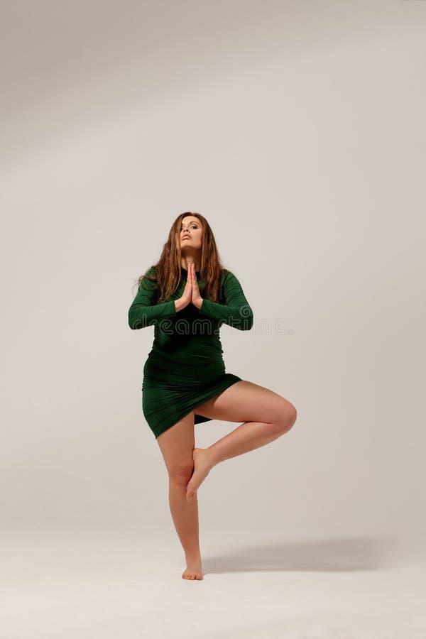 Härlig stor flicka i grön klänning arkivfoto