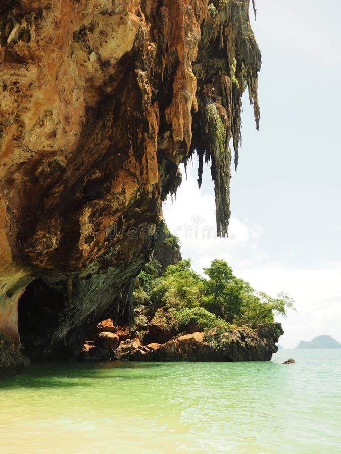 Härlig stor stalaktit vaggar på den Pranang stranden Krabi, Thailand arkivfoton