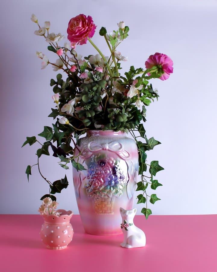 H?rlig stor vas med en ordning av blommor royaltyfri bild