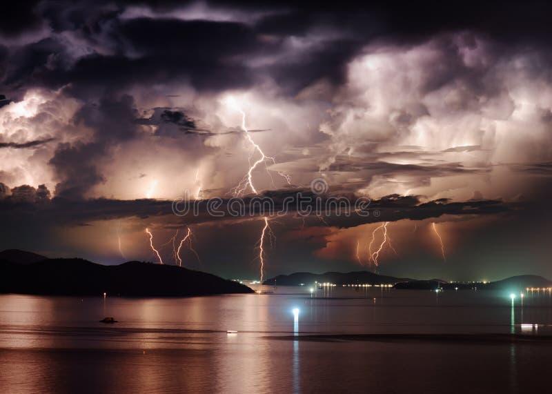 Härlig stormig himmel och blixt över Nha Trang skäller, Vietnam royaltyfri foto