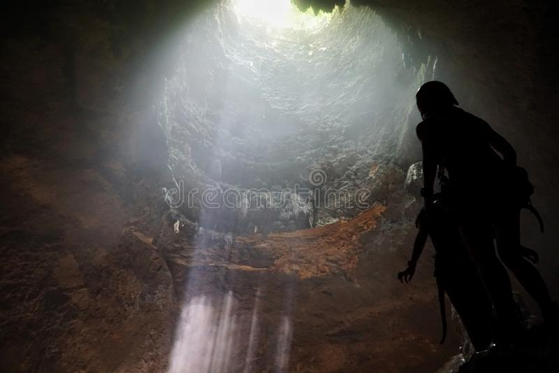 Härlig stråle av ljus inom den Jomblang grottan royaltyfri fotografi