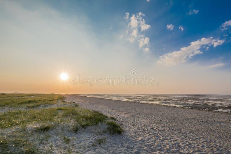 Härlig strand av den tyska Nordsjönsolnedgången arkivfoto