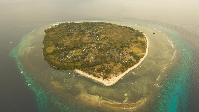 Härlig strand för flyg- sikt på en tropisk ö Filippinerna Pamilacan royaltyfri foto