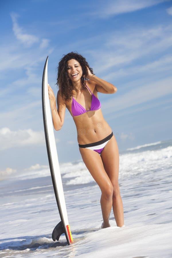 Härlig strand för surfare & för surfingbräda för bikinikvinnaflicka fotografering för bildbyråer