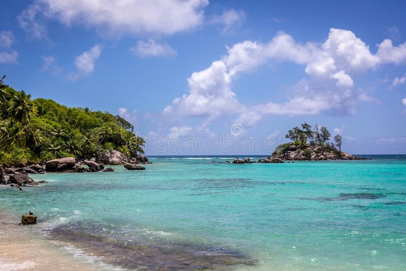 Härlig strand i ön av Mahe i Seychellerna, den huvudsakliga ön av landet fotografering för bildbyråer